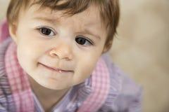 Primer del pequeño bebé adorable que mira lejos Fotografía de archivo libre de regalías