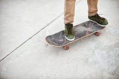 Primer del pie de los skateres mientras que patina en parque del patín Fotos de archivo libres de regalías