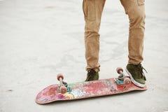 Primer del pie de los skateres mientras que patina en parque del patín Imágenes de archivo libres de regalías