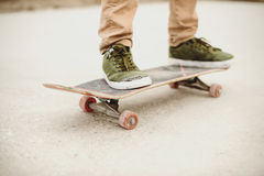 Primer del pie de los skateres mientras que patina en parque del patín Fotografía de archivo