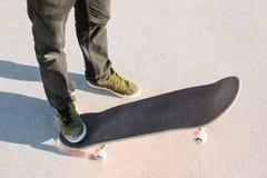Primer del pie de los skateres mientras que patina en parque del patín Fotos de archivo