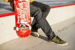 Primer del pie de los skateres mientras que patina en parque del patín Imagen de archivo libre de regalías