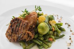 Primer del plato sano de la nutrición Entrega diaria fresca de las comidas verdura en cajas del arte Foto de archivo