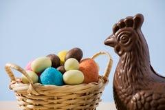 Primer del pollo y de los huevos del chocolate de pascua Fotos de archivo