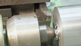 Primer del proceso de la hoja de la fabricación del metal fino en un torno almacen de metraje de vídeo