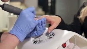 Primer del proceso de la manicura en el salón de belleza almacen de metraje de vídeo