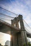 Primer del puente de Brooklyn en la puesta del sol Imágenes de archivo libres de regalías