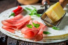 Primer del quesadilla sabroso hecho de la tortilla, del queso y del jamón Imagenes de archivo