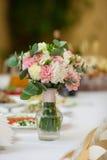 Primer del ramo de las flores en la recepción nupcial de lujo Imagen de archivo