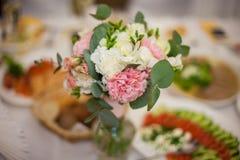 Primer del ramo de las flores en la recepción nupcial de lujo Imagenes de archivo
