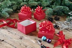 Primer del regalo de Navidad en una tabla de madera Imagen de archivo libre de regalías
