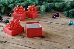 Primer del regalo de Navidad en una tabla de madera Fotografía de archivo libre de regalías