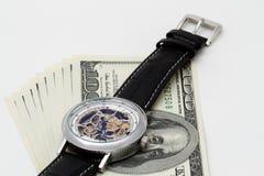 Primer del reloj y del dinero El tiempo es oro concepto Fotos de archivo libres de regalías