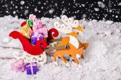 Primer del reno de la decoración de la Navidad y del trineo de Papá Noel con p Fotografía de archivo libre de regalías