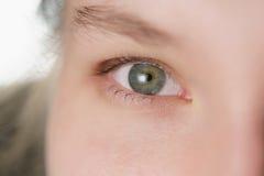 Primer del retrato de la cara de la pieza del adolescente que mira derecho Foto de archivo