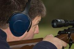 Primer del rifle del shooting del hombre Foto de archivo libre de regalías