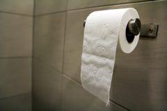 Primer del rollo suave blanco del papel seda en el cuarto de baño, lavabo, fotos de archivo libres de regalías