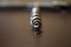 primer del sacacorchos del hierro gris en un cojín negro imagen de archivo