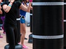 Primer del saco de arena negro: Entrenamiento de la aptitud y del boxeo en gimnasio Imagen de archivo libre de regalías