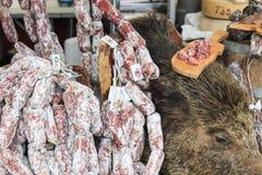 Primer del salami italiano con los precios relativos en la trufa de Moncalvo justa Fotografía de archivo libre de regalías
