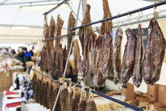 Primer del salami italiano con los precios relativos en la trufa de Moncalvo justa Imagenes de archivo