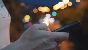 Primer del SMS que mecanografía de una mano en un smartphone En línea practicando surf en redes sociales Comunique con usar de lo almacen de video