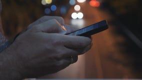 Primer del SMS que mecanografía de una mano en un smartphone En línea practicando surf en redes sociales Comunique con usar de lo almacen de metraje de vídeo