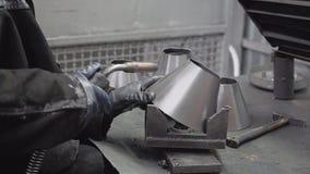 Primer del soldador en una empresa industrial Está soldando con autógena Las chispas vuelan en diversas direcciones metrajes