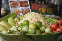 Primer del som delicioso Tam de la ensalada de la papaya en un mercado local del chatuchak del mercado de la comida de la calle e imagen de archivo