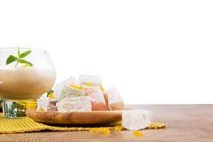 Primer del sorbete del plátano en el vidrio del postre aislado en un fondo blanco Cócteles al lado del placer turco Copie el espa Imagen de archivo libre de regalías