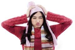 Primer del suéter que lleva de la muchacha irritable Fotografía de archivo