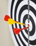 Primer del tablero de dardo con las flechas Imagenes de archivo