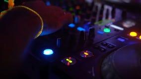 Primer del tablero de DJ con los botones y los volúmenes de torneado del detalle de las manos metrajes