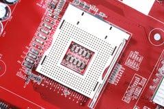 Primer del tablero rojo del circuito electrónico con el procesador del compu Foto de archivo libre de regalías