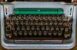 Primer del teclado de un viejo tipo máquina del escritor, equipo del periodismo del vintage imagen de archivo