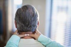 Primer del terapeuta de sexo femenino que da masajes al cuello al paciente masculino Fotos de archivo