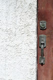 Primer del tirador de puerta contra el estuco blanco imagenes de archivo