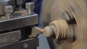 Primer del torno en una empresa industrial El cortador realiza trabajar a máquina de la pieza Con los detalles del microprocesado almacen de metraje de vídeo