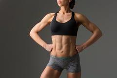 Primer del torso muscular de la mujer Fotografía de archivo libre de regalías