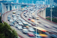 Primer del tráfico y falta de definición de movimiento ocupados de los vehículos Fotos de archivo libres de regalías