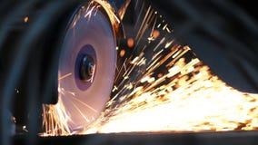 Primer del trabajador en el metal de las sierras de la planta de la construcción usando la sierra circular Producción industrial, almacen de video
