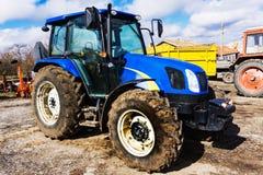 Primer del tractor después de arar Ruedas cubiertas con fango Agro Imágenes de archivo libres de regalías