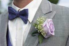 Primer del traje masculino del padrino de boda con el ramillete de la rosa del rosa foto de archivo libre de regalías