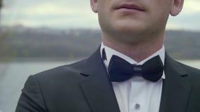 Primer del traje y de la corbata de lazo del ` s del novio almacen de video