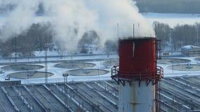 Primer del tubo que fuma en la planta de la instalación del tratamiento de aguas en invierno Granja de aguas residuales almacen de metraje de vídeo