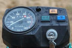 Primer del velocímetro viejo de la motocicleta con descensos de la lluvia durante usar la motocicleta en apagado el camino con ll Fotos de archivo