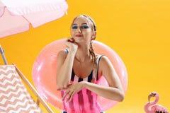 Primer del verano de la muchacha encantadora con los accesorios de la playa al aire libre Foto de archivo libre de regalías