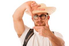 Primer del viajero feliz confiado con la foto que enmarca del sombrero de paja Imagenes de archivo