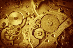 Primer del viejo mecanismo del reloj con los engranajes Imagen de archivo libre de regalías