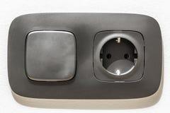 Primer del zócalo eléctrico negro con el interruptor de la luz Imagenes de archivo
